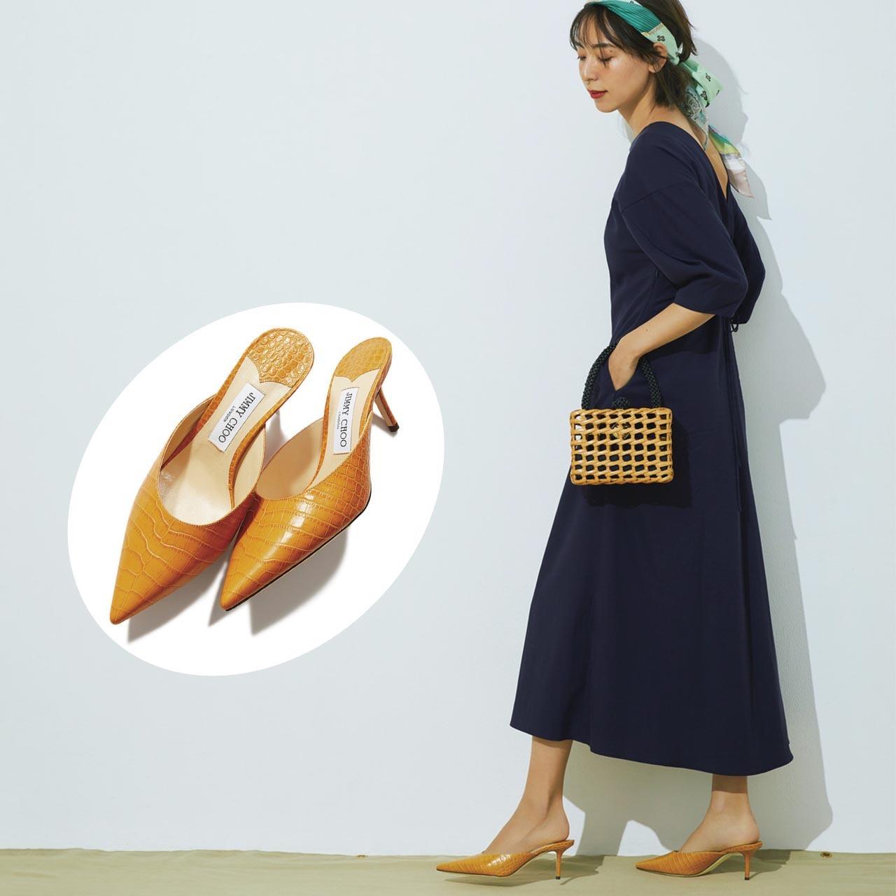 型押しレザーのとんがりミュールを履いたモデルの小泉里子さん