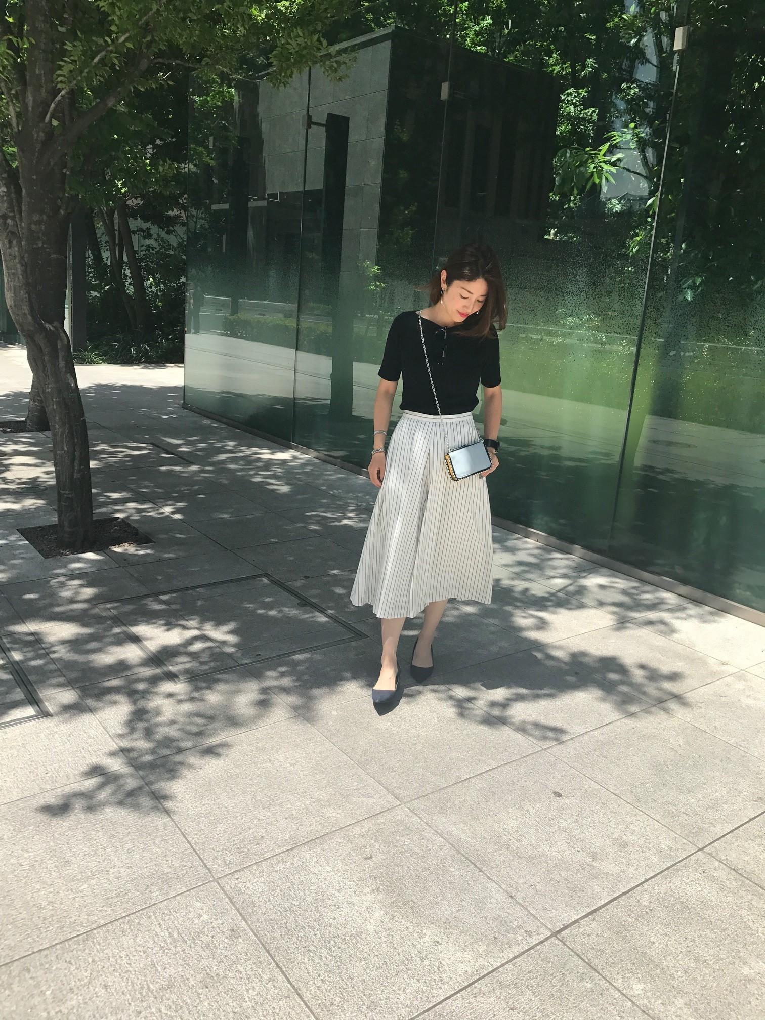 ミディ丈ふんわりスカート×鎖骨見せトップスで夏の着やせスタイル_1_1