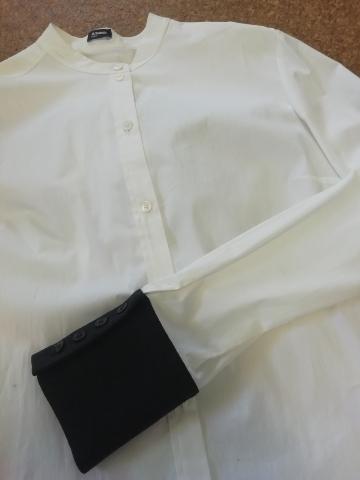 白い綿シャツのカフスだけ異素材ネイビー