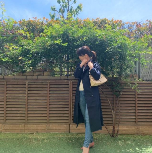 吉瀬さんは赤いリップに赤いパンプスとブラウンのバッグでした。