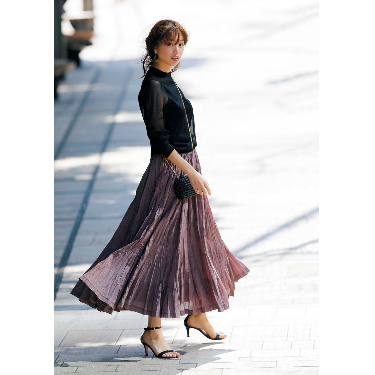 黒のシアーニット+ピンクグレーのシワ感ティアードスカートコーデ