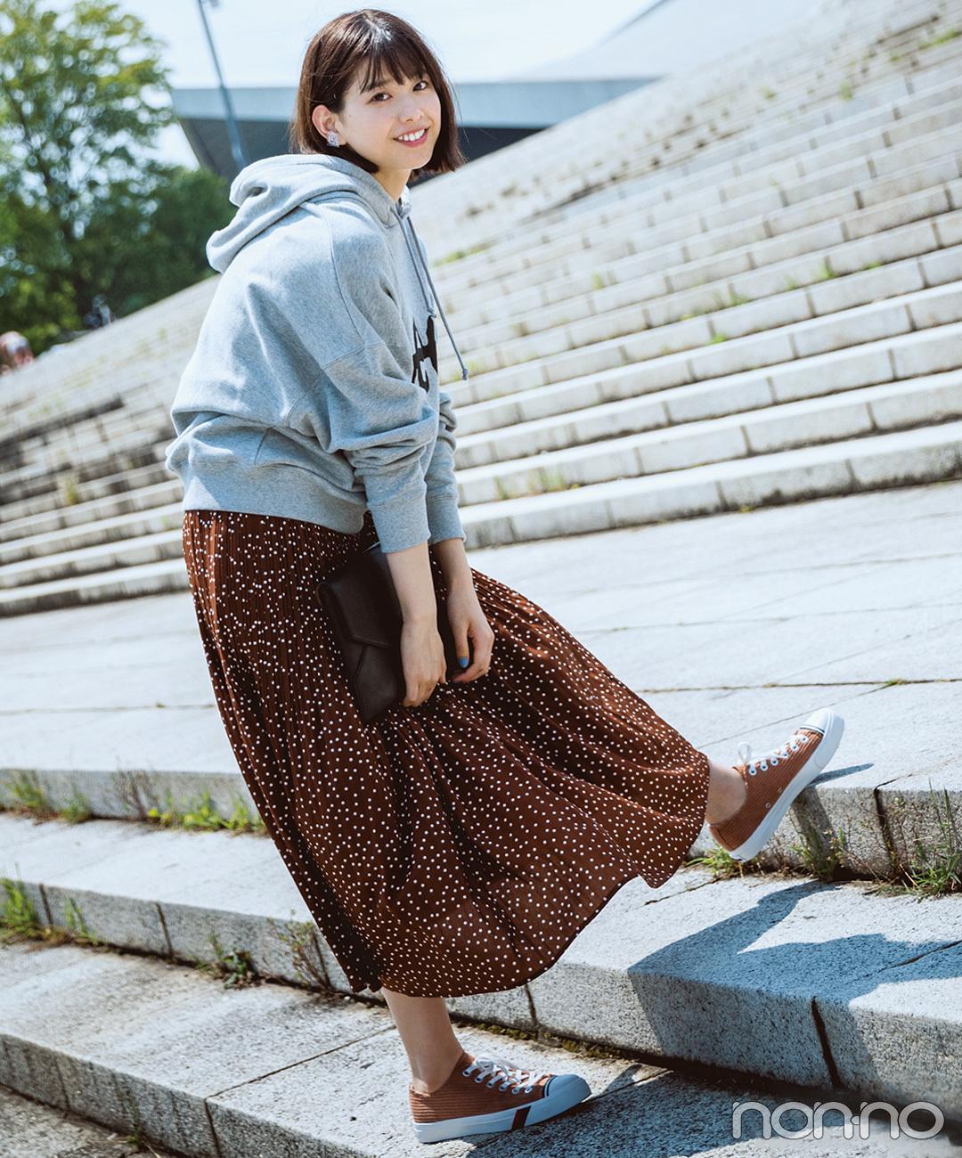 【ブラウンスニーカーコーデ】渡邉理佐は、ロングスカートとスニーカーのリンクコーデで技あり