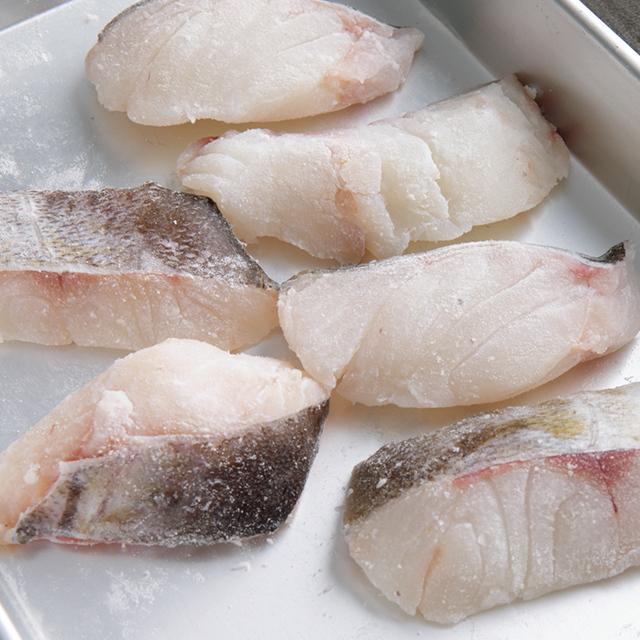 魚に上新粉をまぶす