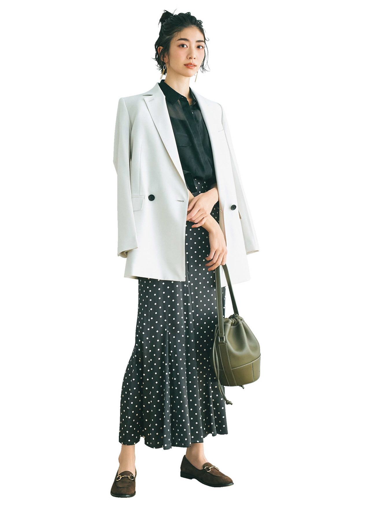 ■ドット柄スカート×白ジャケットコーデ