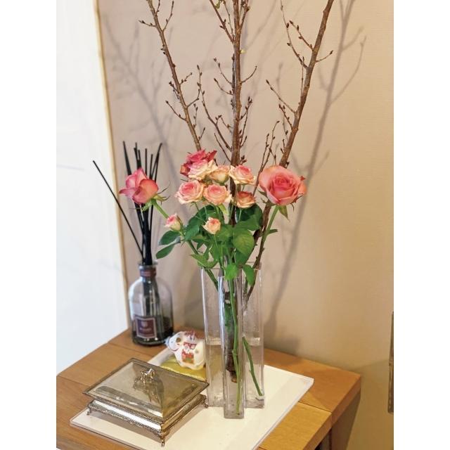 玄関前の季節の小物や花を飾るコーナー。「4月はラナンキュラスなど明るい色の花々と小鳥のオブジェで、春を演出するつもり」