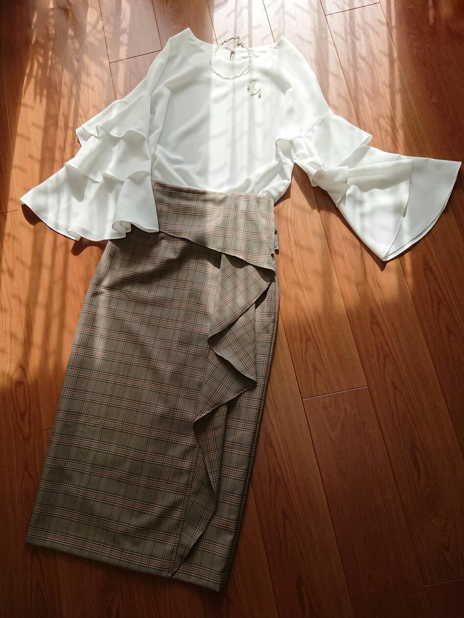 大人の女性も可愛らしく上品に見せてくれるロング丈のフリルスカート:FRAY I.D