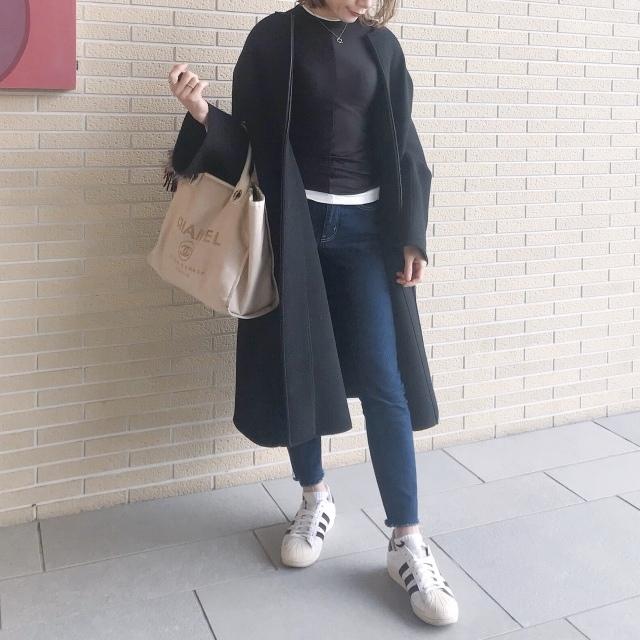 黒&白トップス×デニムパンツのファッションコーデ