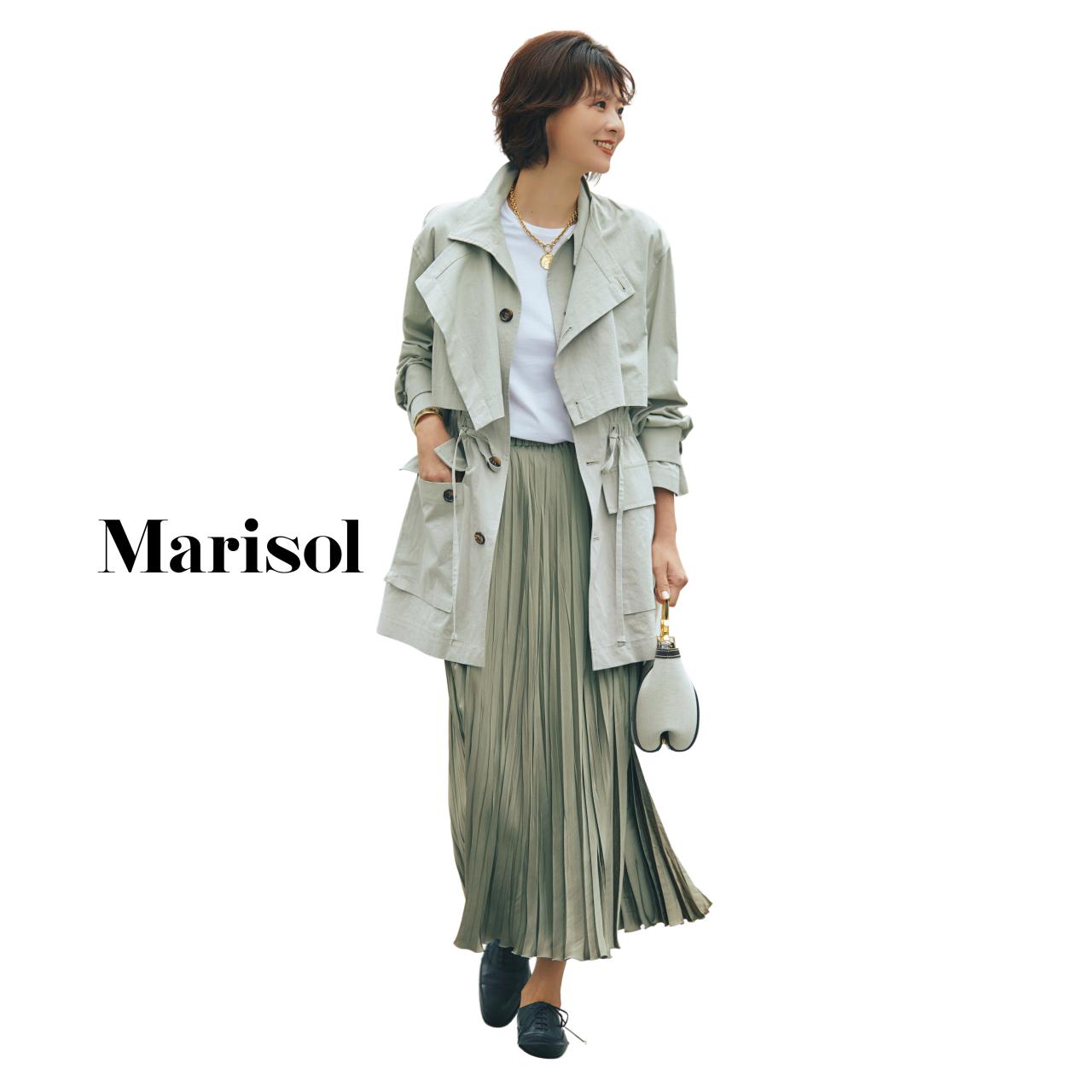 40代ファッション 薄軽コート×Tシャツ×ベージュプリーツロングスカートコーデ
