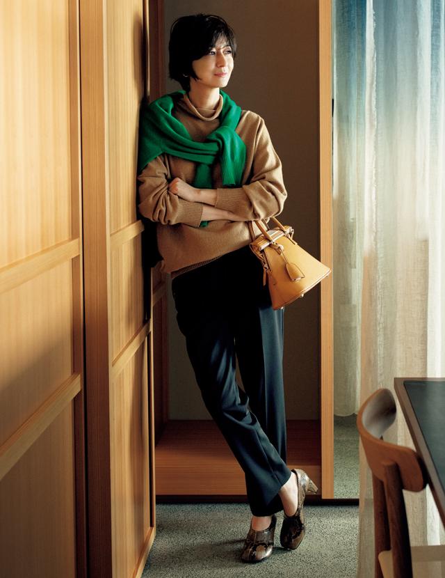 メゾン マルジェラのニットを着こなす富岡佳子