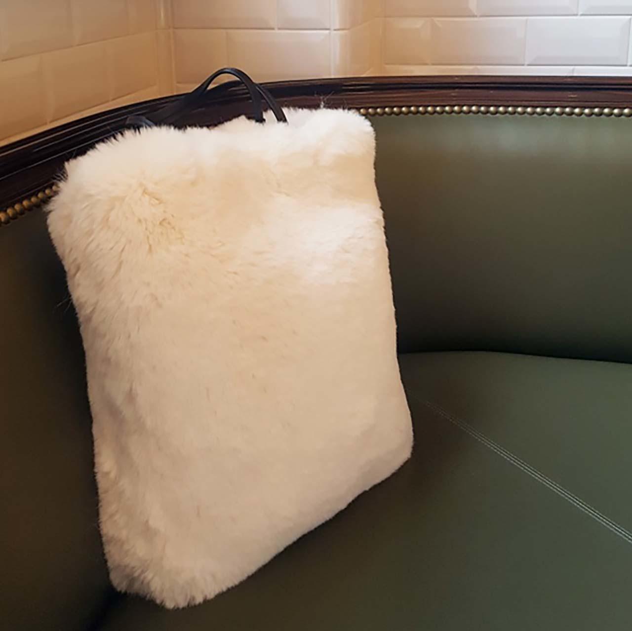 真っ白なトート型ファーバッグ