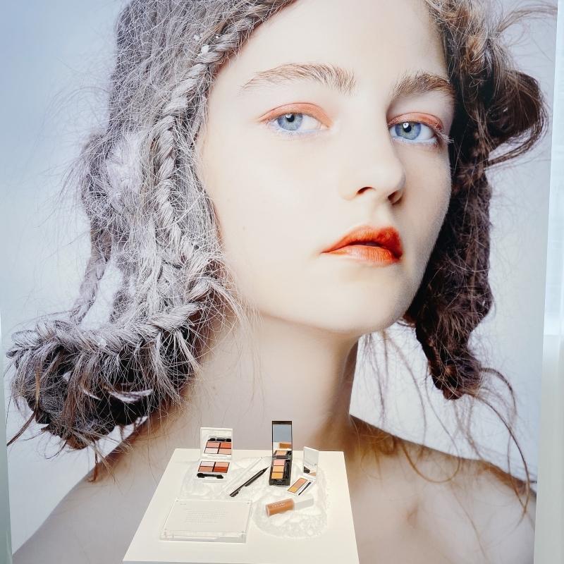セルヴォークの2021年秋冬メイクアップコレクションのLOOK2