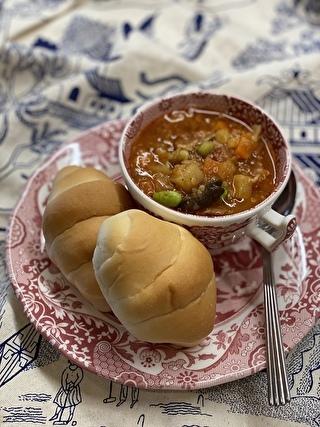 ペリカンのロールパンにトマトスープを添えて
