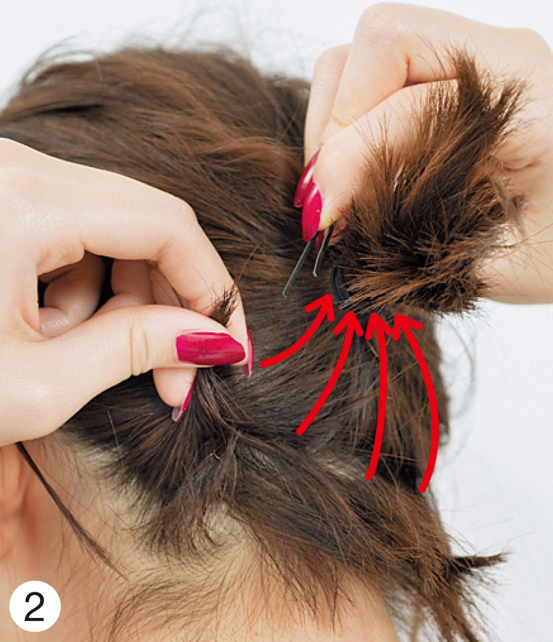 短くて結べない髪は、いくつかの毛束に分け、毛先を結び目に向かって持っていきピンで固定。細かく分けて留めるとより崩れにくい。