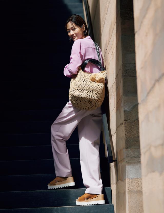 ステラ マッカートニーのかごバッグと大人カジュアルスタイルの富岡佳子