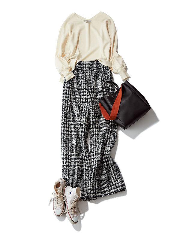 白コンバースのハイカットスニーカー×白ニット&チェック柄パンツのファッションコーデ