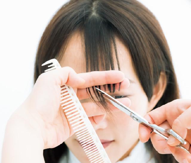 立体感のカギになる前髪の内側だけを短くカット