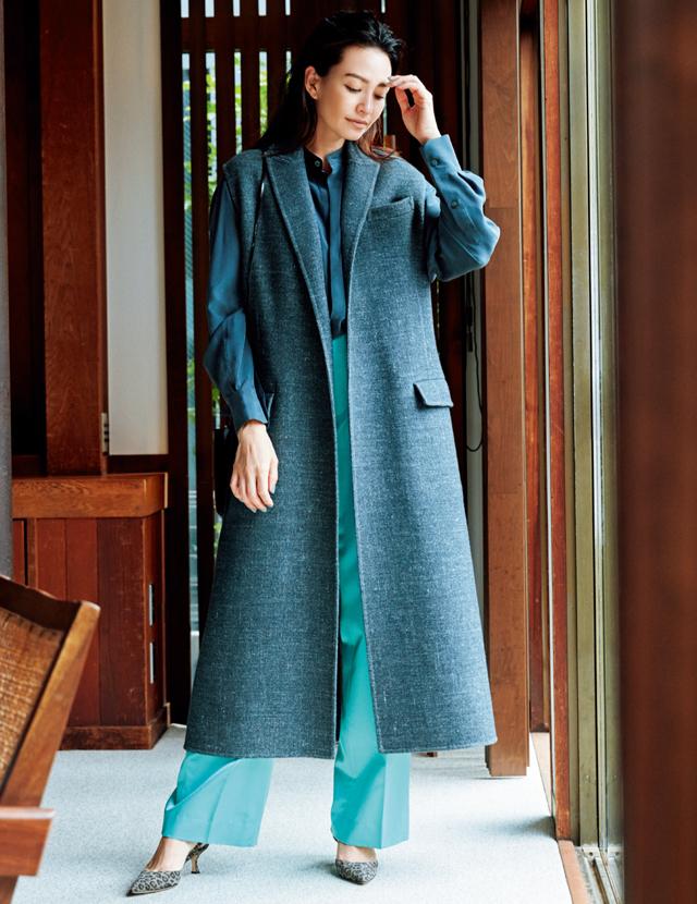 あいまいな色と、隠れたきれい色でつくる村山佳世子さんのコーデ