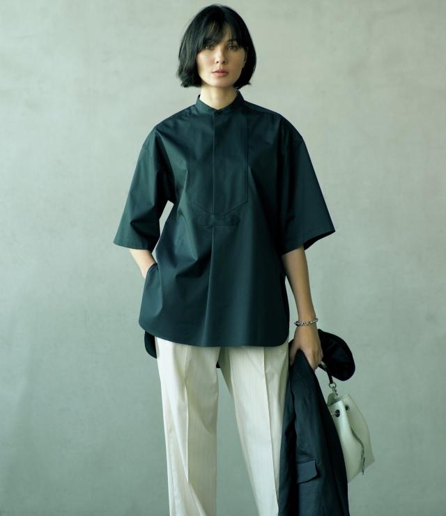 洗練されたクールな黒がシャツの存在感をきわだたせて
