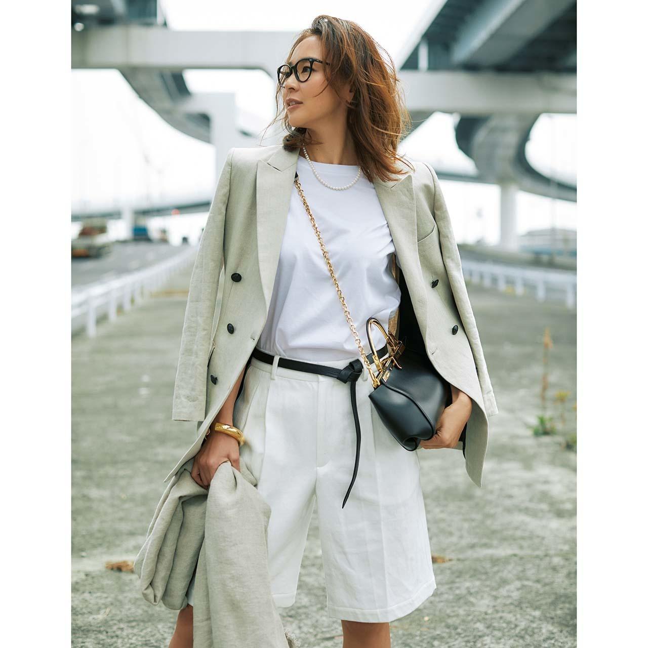 白Tシャツ×ジャケット×白のショートパンツコーデ