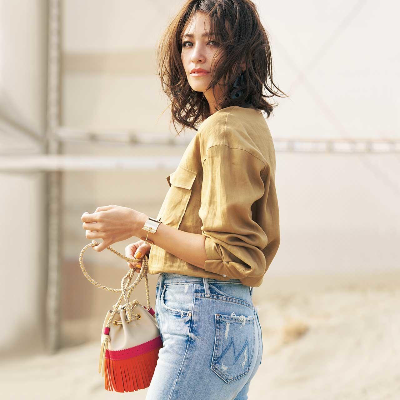 ベージュシャツ×デニムパンツコーデを着たモデルのRINAさん