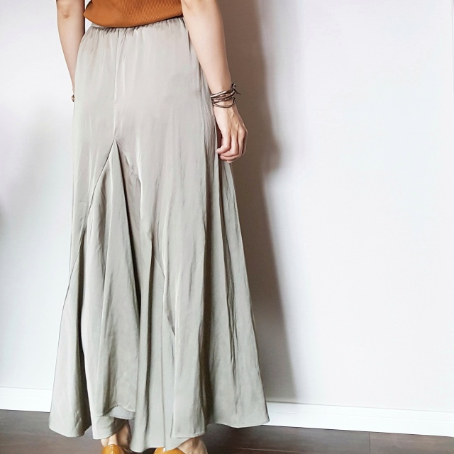 揺れるサテンスカートで女っぷりフェミニンスタイル。_1_4