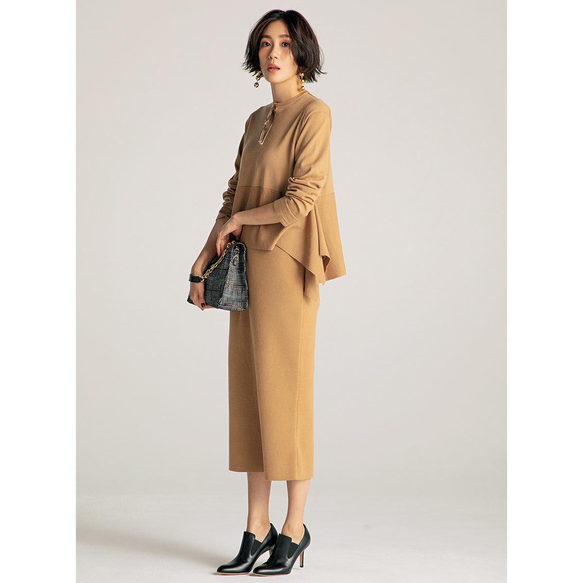 進化形ニットセットアップ×ヒール靴コーデを着たモデルの竹内友梨さん