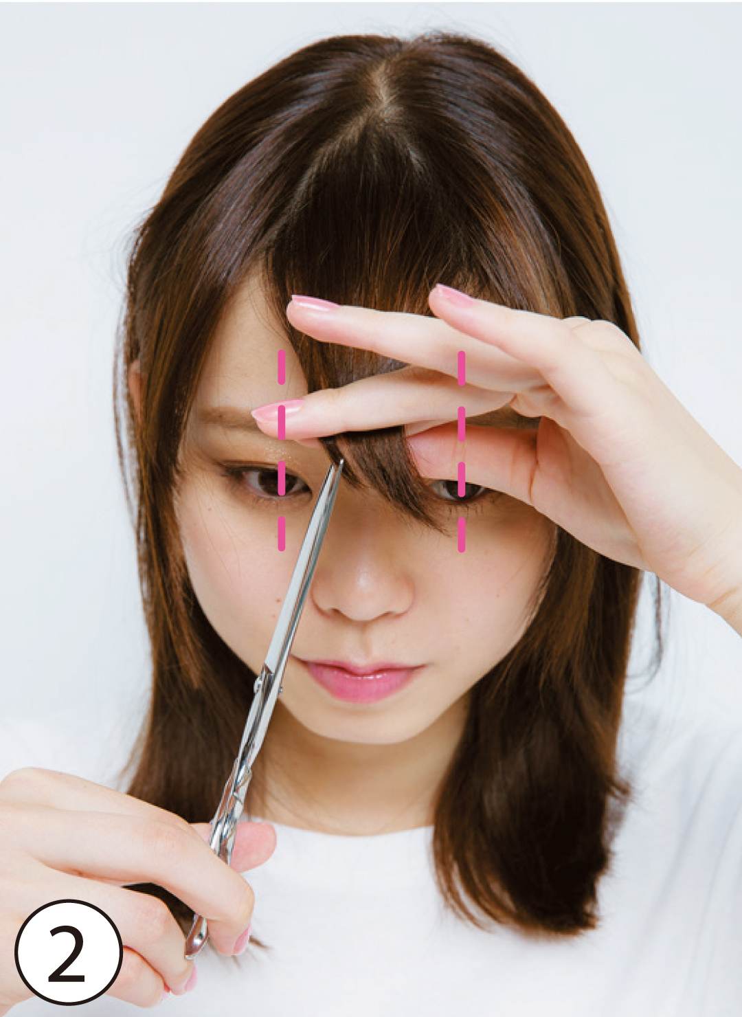 ②カットする前髪の幅を少しだけ狭く 基本のカット①で前髪を取る幅をやや狭くするのが、顔の横幅を目立たせないポイント。左右の黒目の中央よりもやや内側の幅にするのが目安。