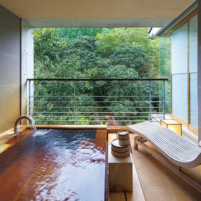 昭和初期の米倉庫を解体し、この地で石を積み上げて移築した「石蔵」の洋室の露天風呂
