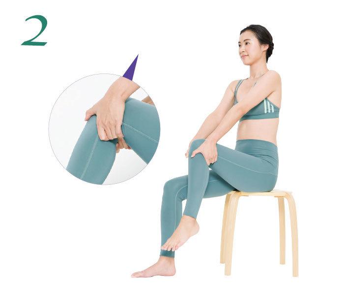 2.椅子に座って片脚の膝を両手で囲むように持ち、親指以外の指で膝裏に押し当て、そのまま膝下を上下に振る。これで自然に膝裏が刺激される。左右各10回。