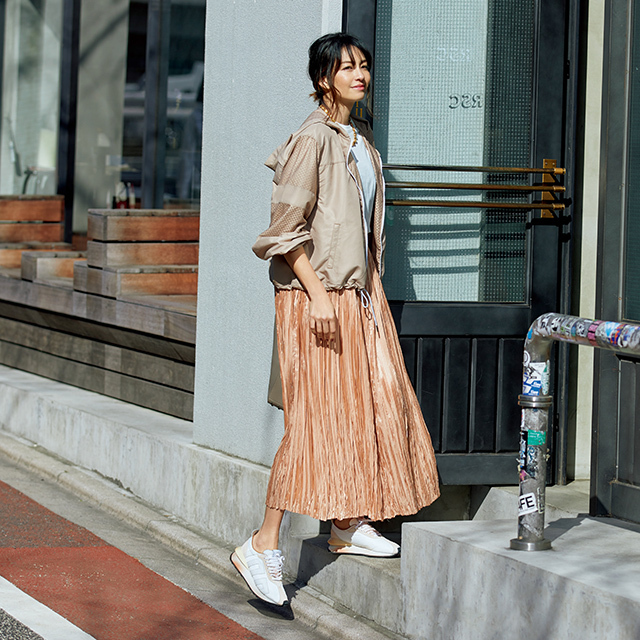 【50代のスニーカー実例集】足もとまで色を揃える柔らかグラデーションコーデ