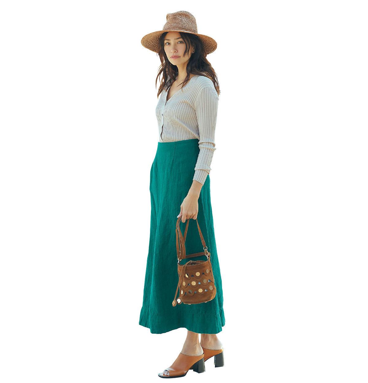 甘さのないグリーンスカートは、ブラウン小物で上品に