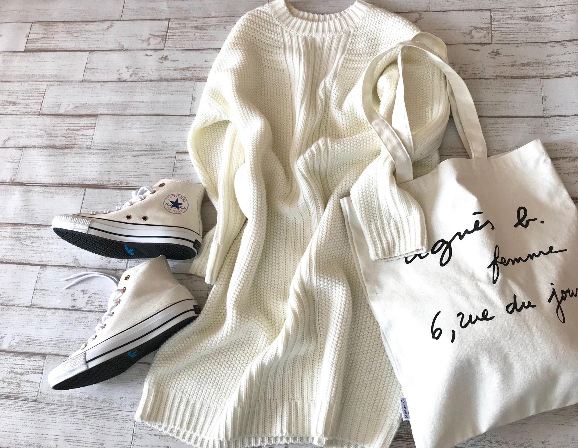 白コンバースのハイカットスニーカー×白のニットワンピースのファッションコーデ