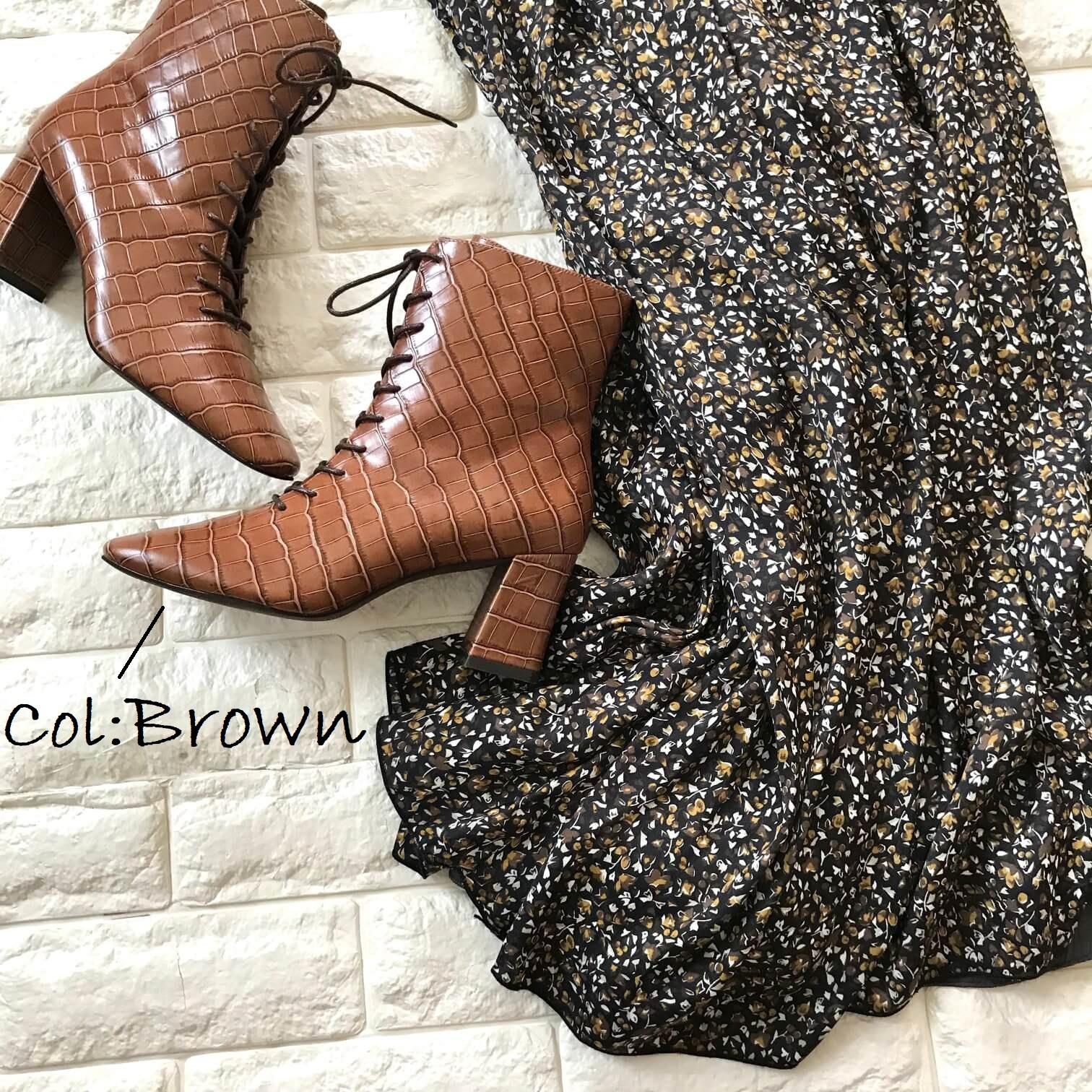 ダニエラ&ジェマのブーツと花柄スカートを合わせたコーデ