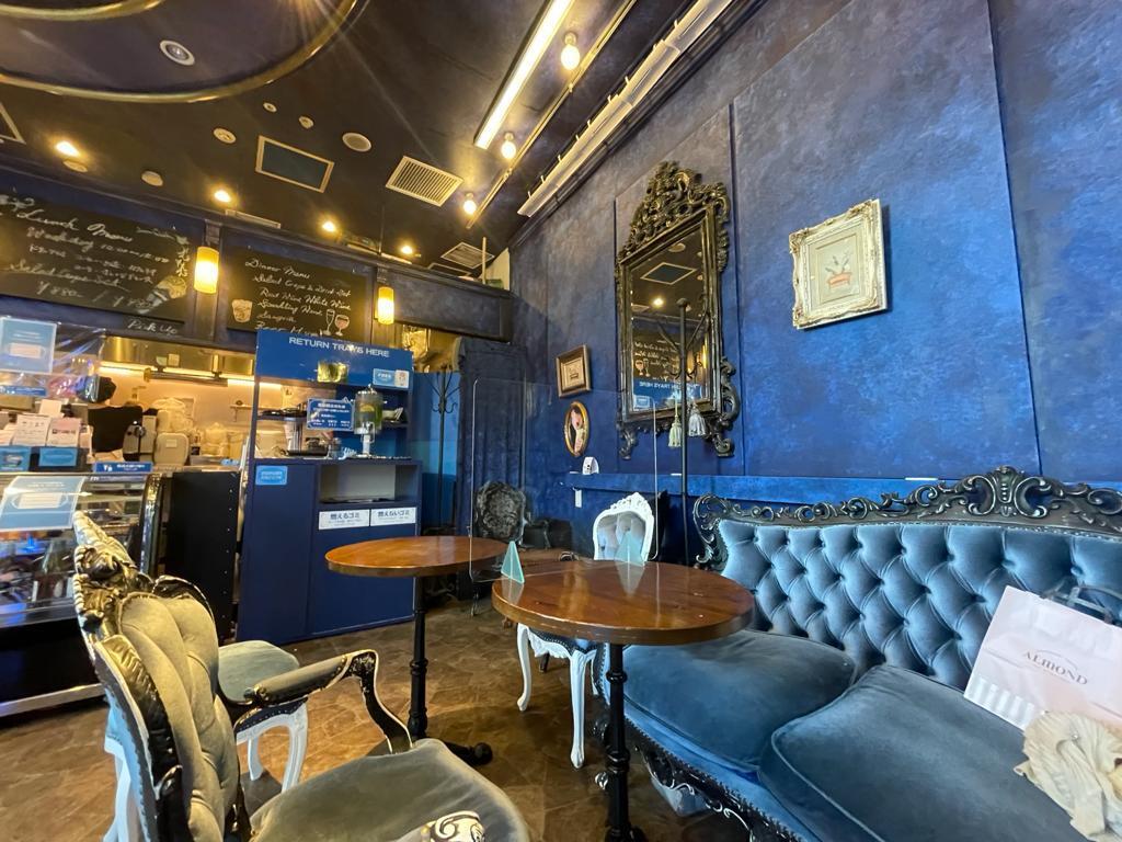 色鮮やかなブルーの壁が目印の、ヨーロピアンテイストのデコラティブな店内。
