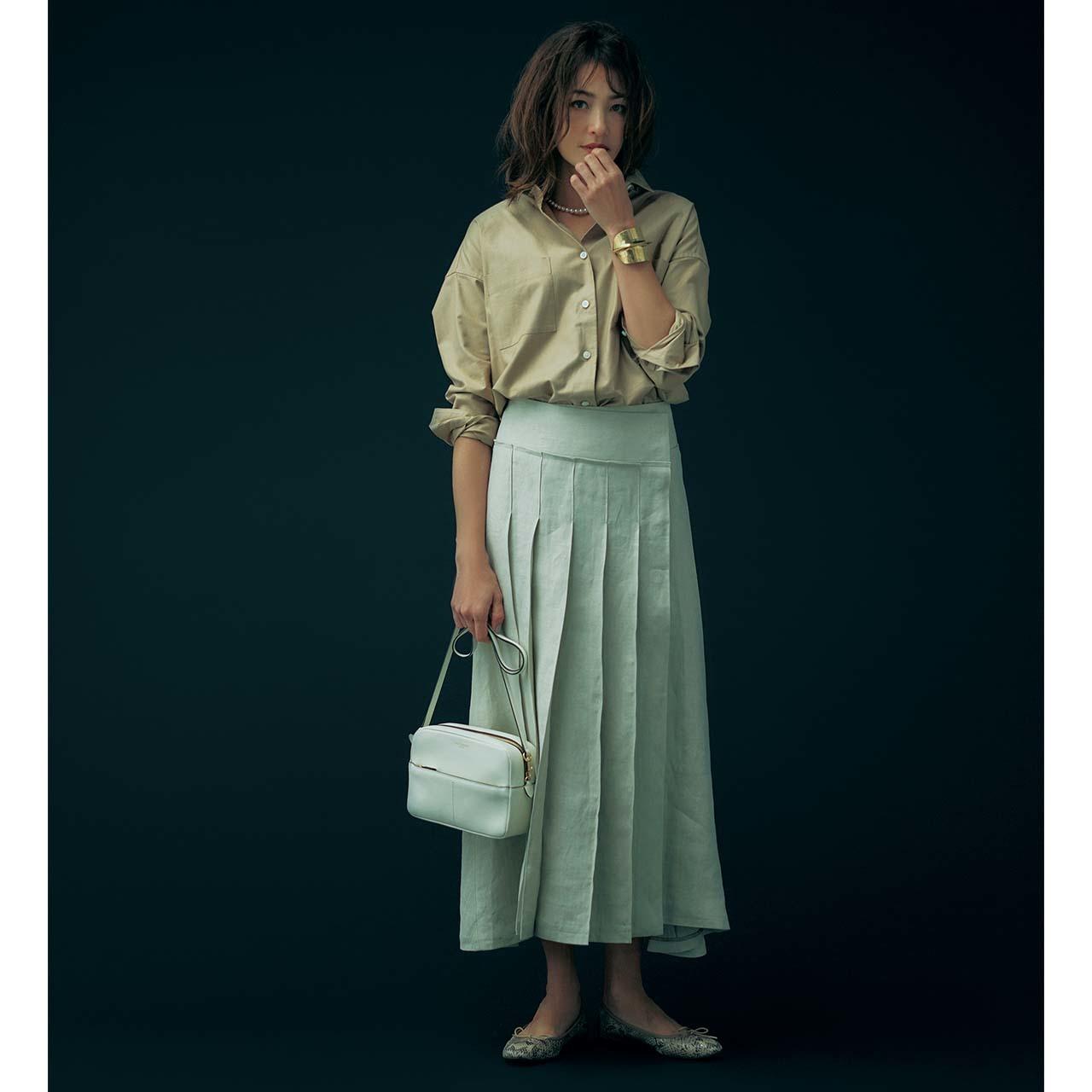 シャツ×ラップスカートコーデを着たモデルのRINAさん