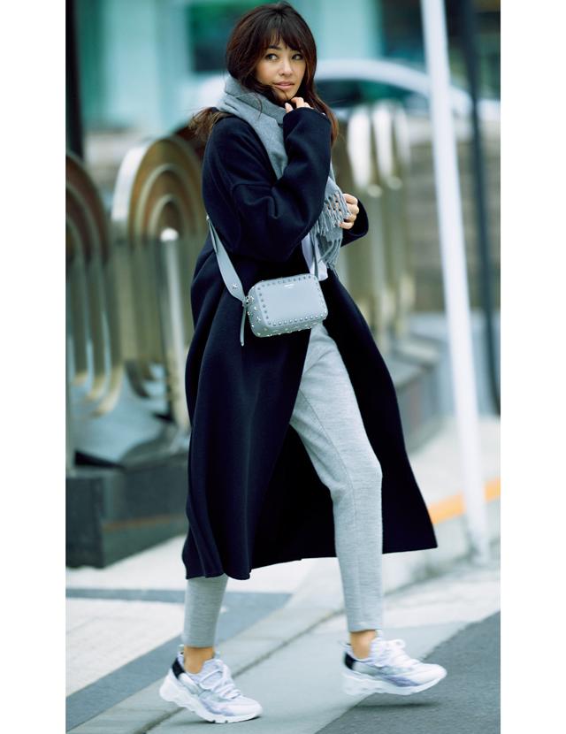 サードマガジンのウールコートを着用したRINA