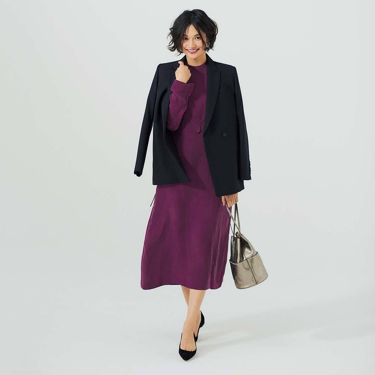 ネイビーのジャケット&きれい色ワンピースを着たモデルの渡辺佳子さん