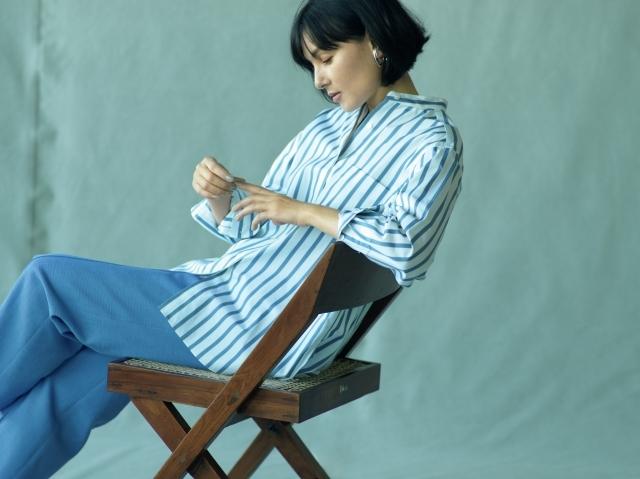 端正なストライプシャツは襟足をぐっと抜いて女っぽく装う