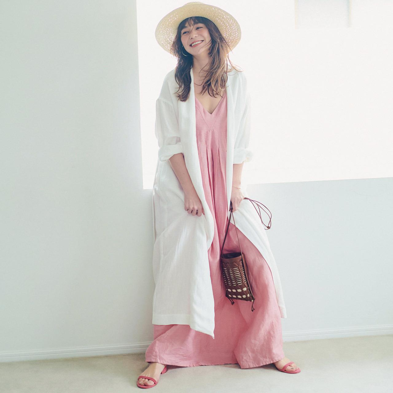 白のコート×ペールピンクのワンピースコーデ