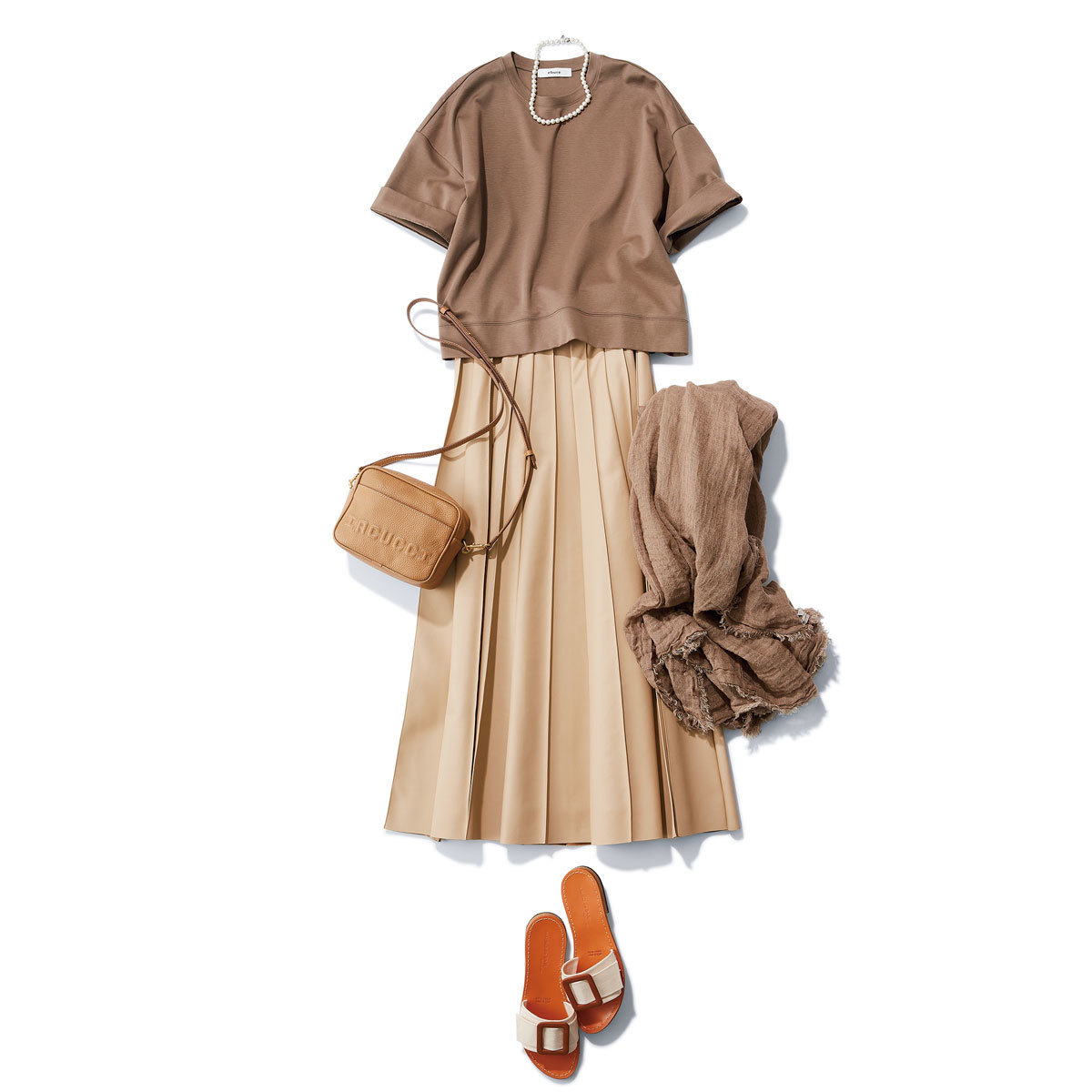 ■グレージュのTシャツ×ベージュのレザープリーツスカートコーデ