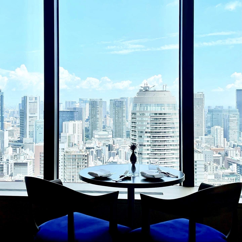 東京エディション虎ノ門のレストラン「ブルーダイニング」の座席からの眺望