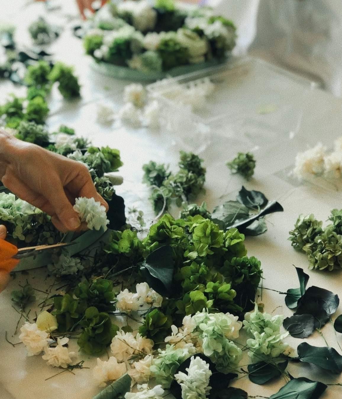 ワイヤのついた花をオアシスにさしていきます