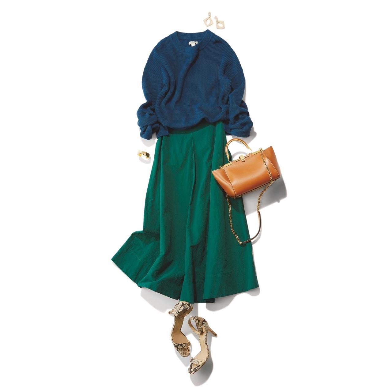 ■ブルーのニット×グリーンのハリ感スカートコーデ