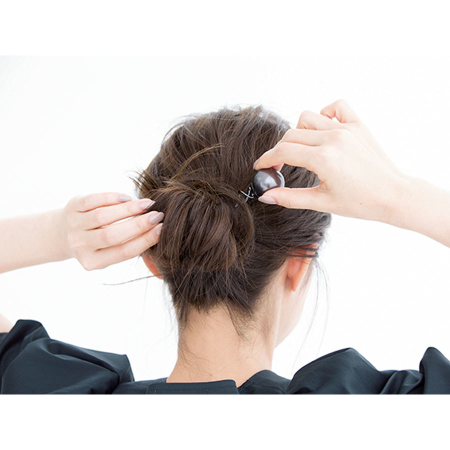 まとめ髪に挿すだけ!「飾りピン」で夏のヘアアレンジ【40代のヘアアレンジ】_1_1-2