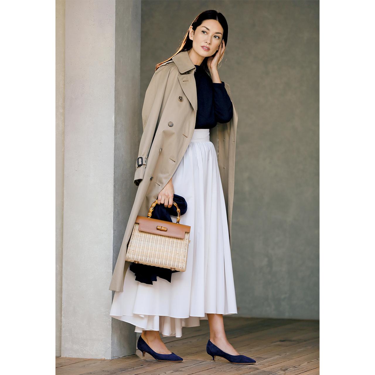 トレンチコート×スカート×キトゥンヒールコーデを着用したモデルのブレンダ