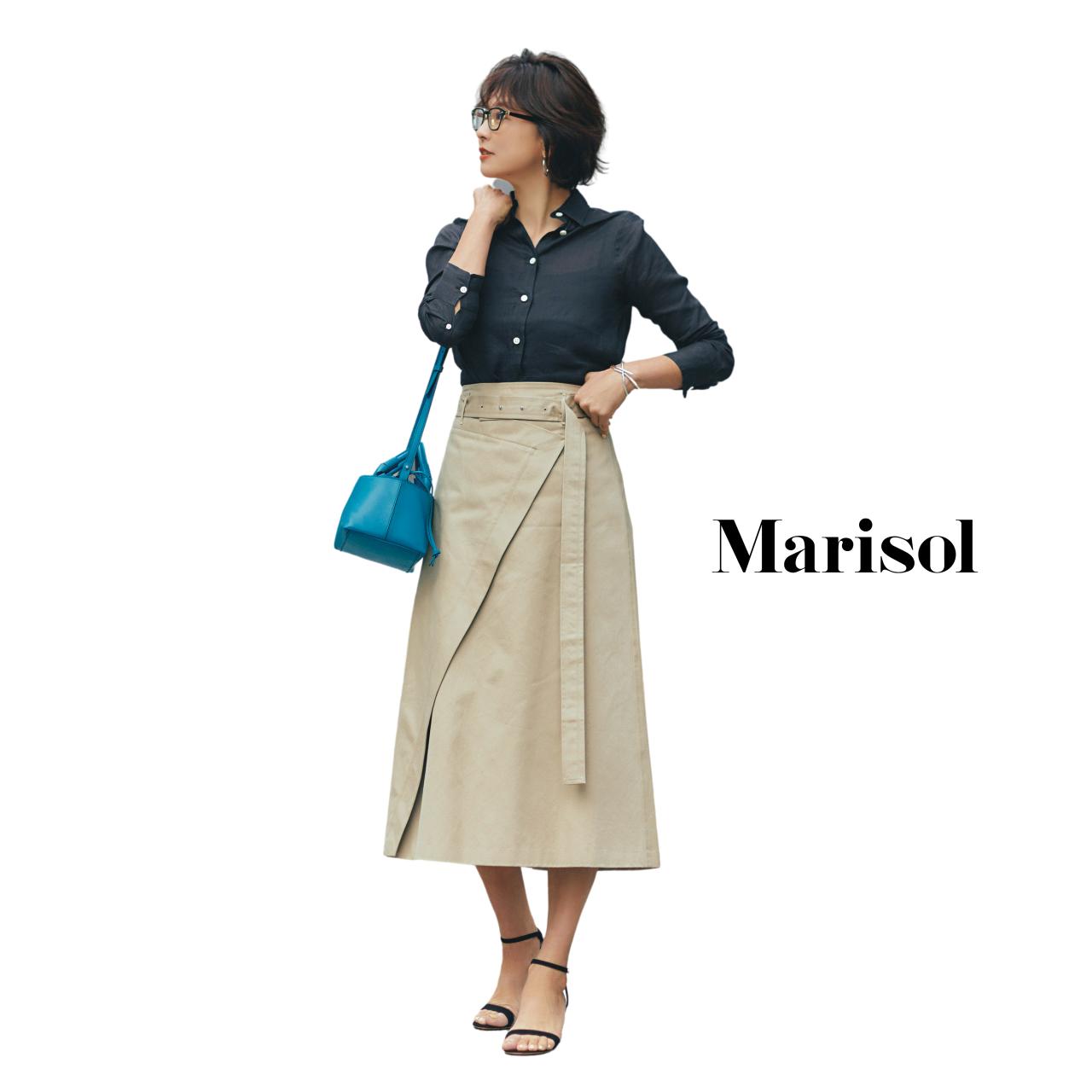 40代ファッション ネイビーシャツ×ベージュロングスカートコーデ