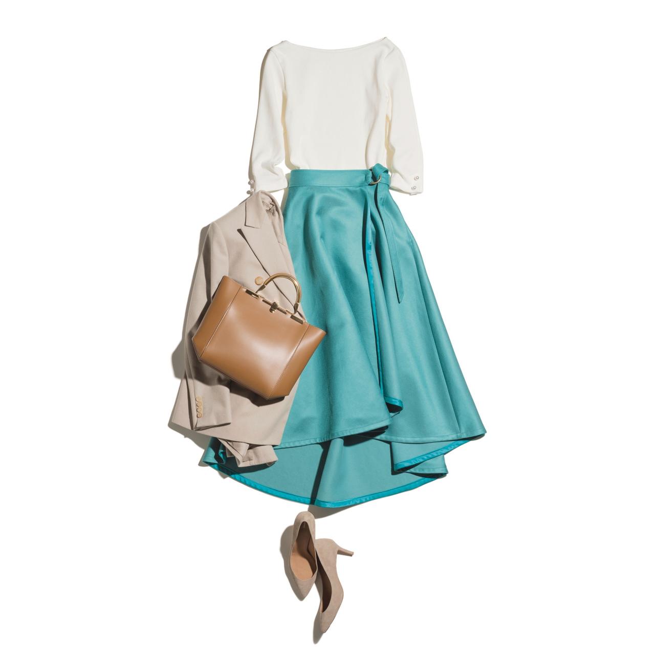 白トップス×ターコイズグリーンのスカートコーデ