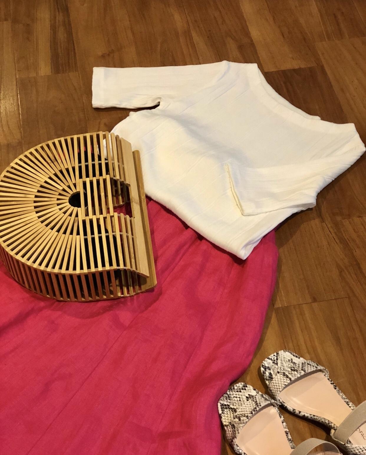 ショッキングピンクのロングスカートにホワイトのカットソー