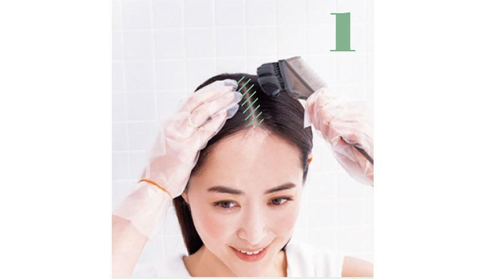 モデル樋場早紀さんが刷毛でトリートメントを髪の根元に塗る様子
