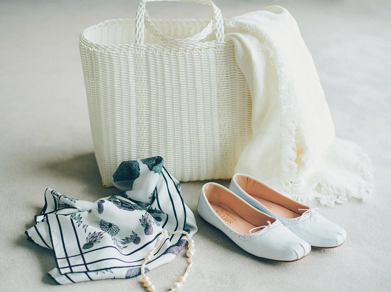 白小物、白いカゴバッグ、白いシューズ、白いストール